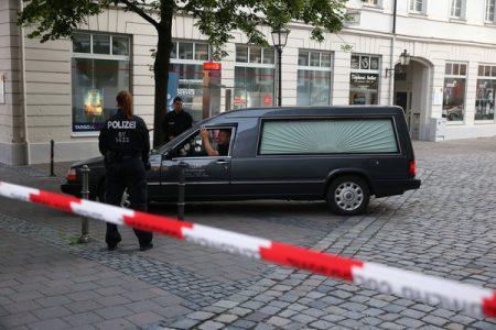 EinBestatter in seinem Wagen verlässt am 25.07.2016 in Ansbach (Bayern) den nach einem Bombenanschlag abgesperrten Tatort. Bei dem mutmaßlich islamistisch motivierten Anschlag sind zwölf Menschen verletzt worden. Der mutmaßliche Täter sei ein 27-jähriger Flüchtling aus Syrien gewesen, sagte Innenminister Herrmann bei einer Pressekonferenz. Der junge Mann, der öfter in psychiatrischer Behandlung gewesen sei, wollte offensichtlich die Bombe mit scharfkantigen Metallteilen in seinem Rucksack bei einem Musikfestival mit etwa 2500 Besuchern zünden. Ihm wurde aber der Einlass verwehrt. Foto: Daniel Karmann/dpa |