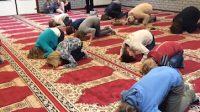 2017-06-07-13-41-30.nl schoolkinderen buigen voor allah in moskee 01a